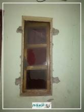 صورة لنافذة أحد البيوت التي هاجمتها العصابة